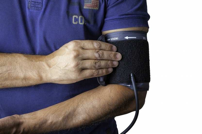 если у вас эти симптомы гипертонии, то срочно вызывайте бригаду скорой помощи
