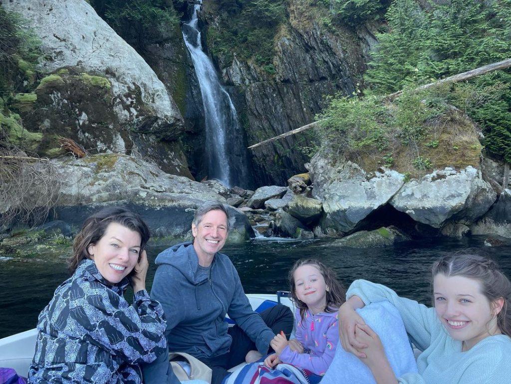 Милла Йовович с мужем и дочками показала фото с отдыха