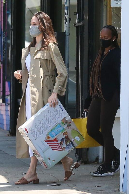 Анджелину Джоли и ее дочку сфотографировали во время шопинга