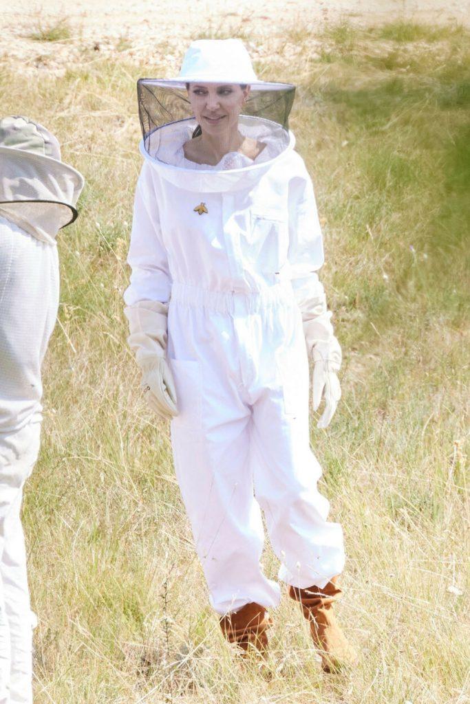 Анджелина Джоли в защитном комбинезоне побывала на пасеке во Франции