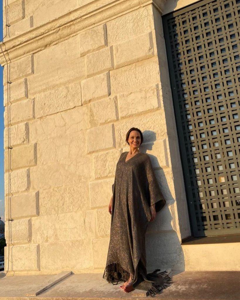 шикарная Анджелина Джоли устроила фотосессию на крыше дома в Венеции