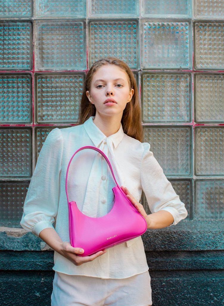 Розовая сумка стала главным аксессуаром этого лета