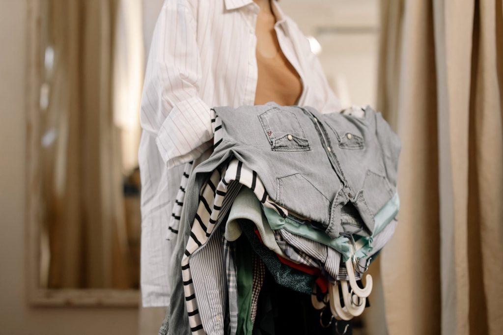 Куда можно сдать старую одежду за деньги?