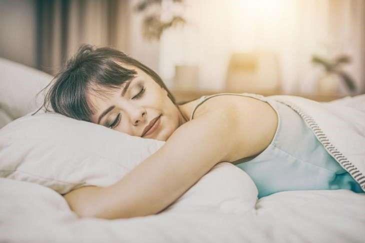 кардиолог рассказала, какие позы сна вредны для здоровья