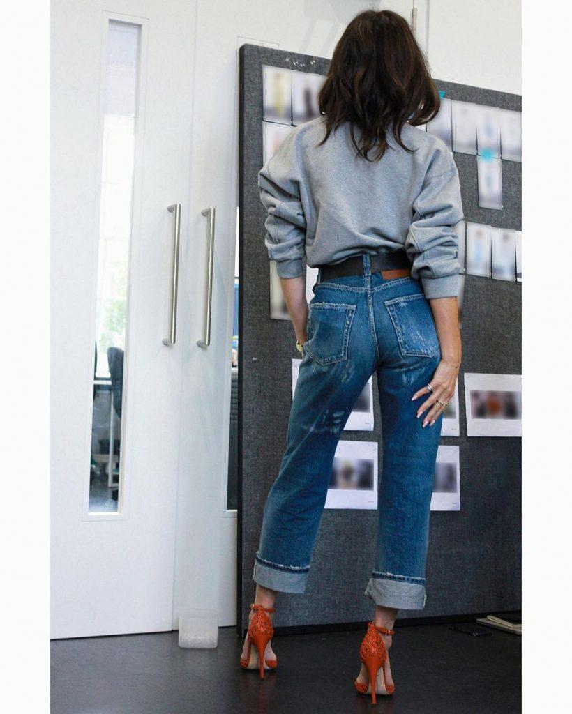 Виктория Бэкхем показала, как носить красные туфли с джинсами и свитером