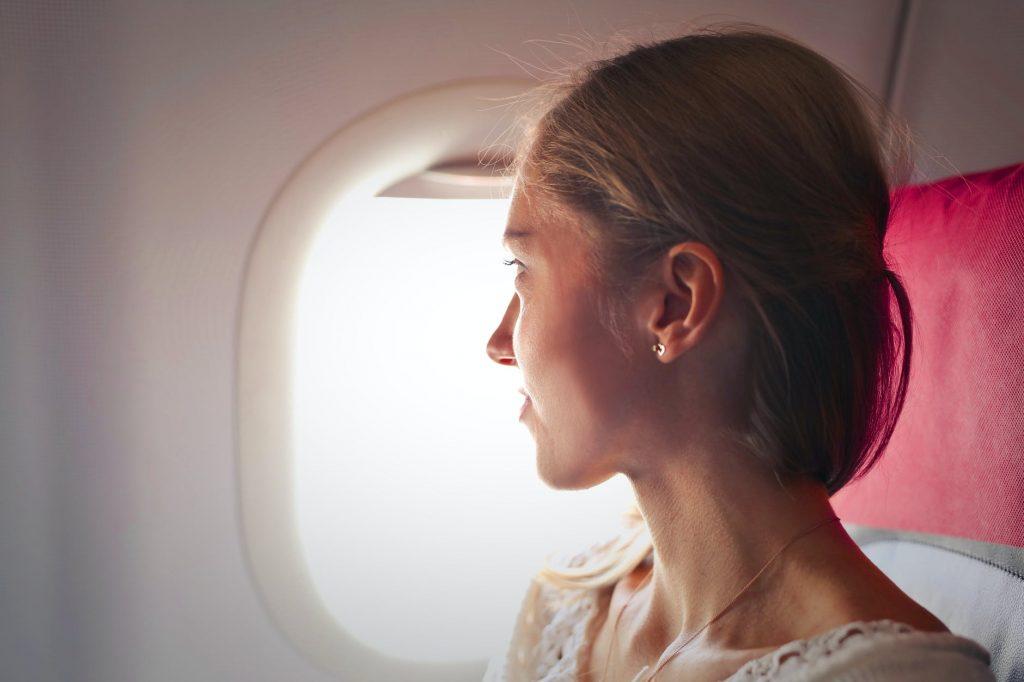 Не делайте макияж перед полетом в самолете