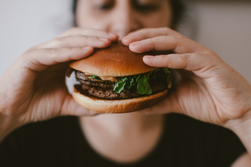 Медики рассказали, как побороть тягу к вредной пище