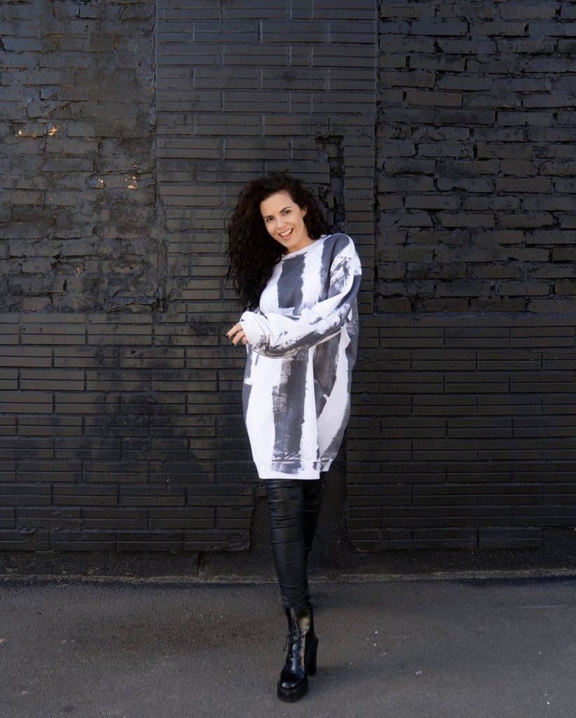 Настя Каменских показала модный образ в кожаных брюках и платье-худи