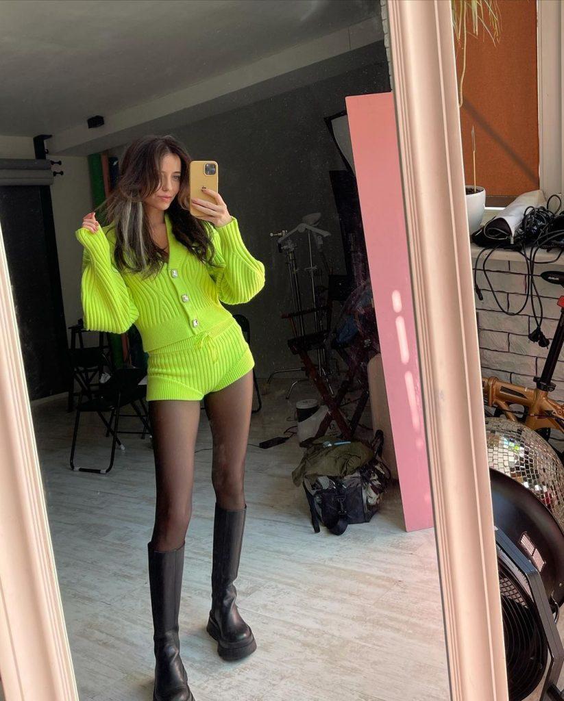 Надя Дорофеева похвасталась стройными ногами в костюме от David Koma за 21 тысячу гривен