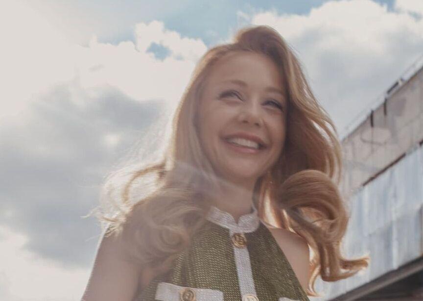 Тина Кароль похвасталась фигурой в мини от бренда BALMAIN