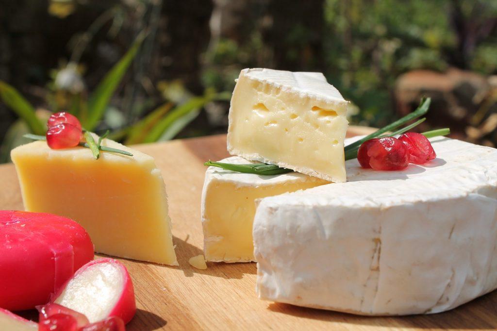 Медики назвали сорта сыров, которые опасно употреблять после 65 лет