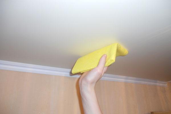 Чем и как мыть глянцевый натяжной потолок в домашних условиях без разводов